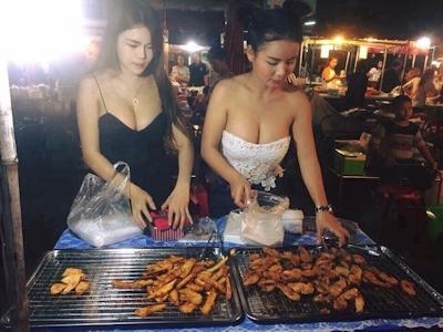 セクシーな2人の女性店員がいるタイのフライドバナナ屋台 2