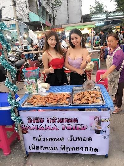 セクシーな2人の女性店員がいるタイのフライドバナナ屋台 5
