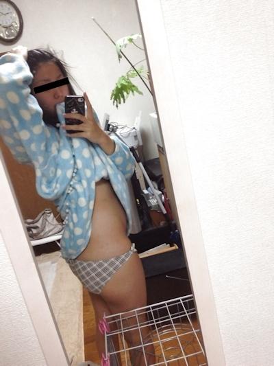微乳な日本の美少女の自分撮りヌード画像 1