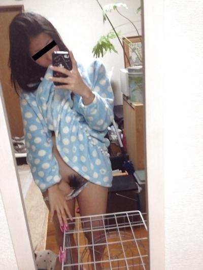 微乳な日本の美少女の自分撮りヌード画像 2