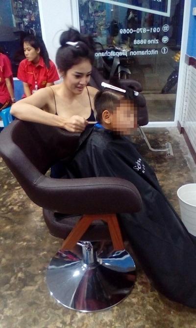 美人でセクシーな美容師のいるタイの理髪店 5