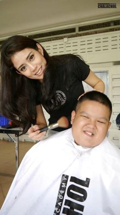 美人でセクシーな美容師のいるタイの理髪店 8