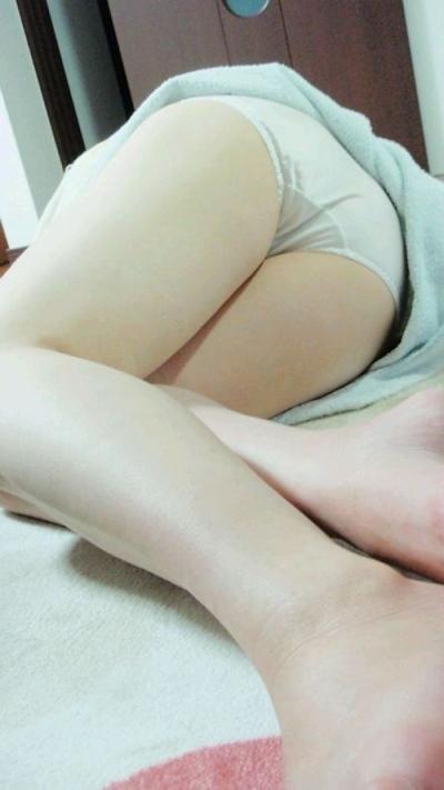 寝ている女性のパンティ画像 14