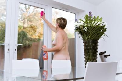 イギリスの全裸清掃サービス 「Naturist Cleaners」 8
