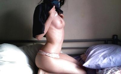 美乳なパイパン美女のオナニー画像 6