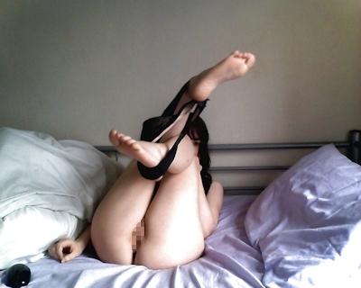 美乳なパイパン美女のオナニー画像 9