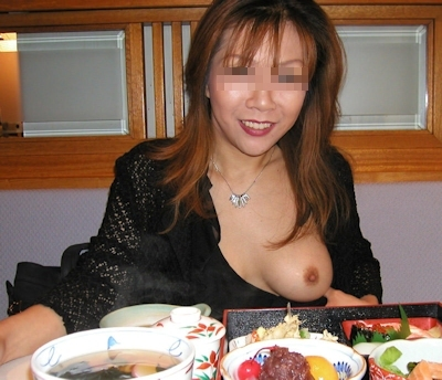 おっぱいをポロリさせてる素人女性の画像 2