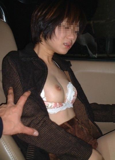おっぱいをポロリさせてる素人女性の画像 6