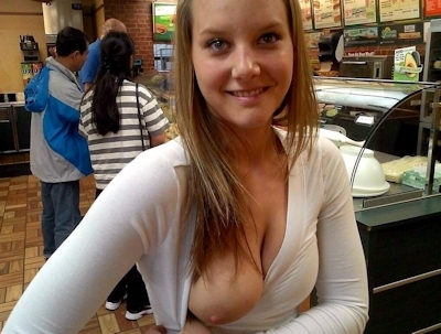 おっぱいをポロリさせてる素人女性の画像 25