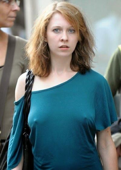 海外の素人女性の乳首ポッチ画像 1