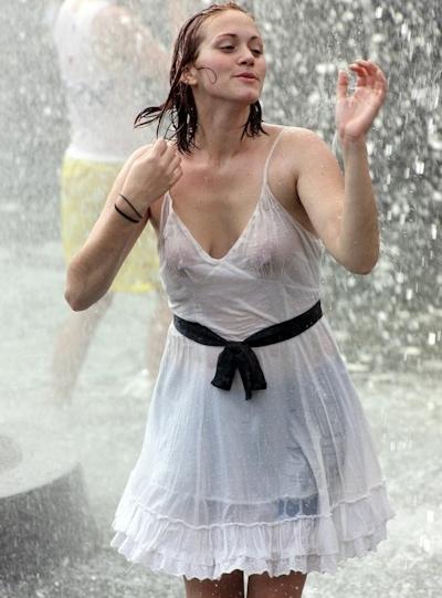 海外の素人女性の乳首ポッチ画像 2