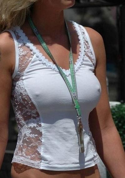 海外の素人女性の乳首ポッチ画像 5