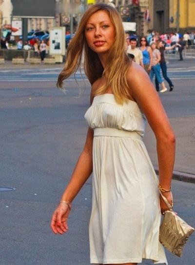 海外の素人女性の乳首ポッチ画像 19