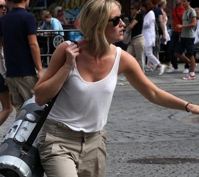 海外の素人女性の乳首ポッチ画像 20