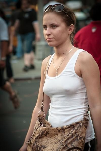 海外の素人女性の乳首ポッチ画像 27