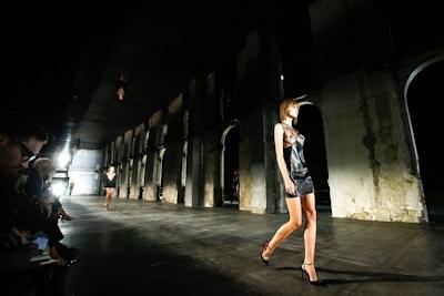 ウクライナモデル Daria Khlistun ファッションショーでスケ乳首 2