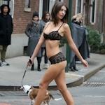 Emily Ratajkowski(エミリー・ラタコウスキー)がニューヨークで下着姿のまま犬の散歩