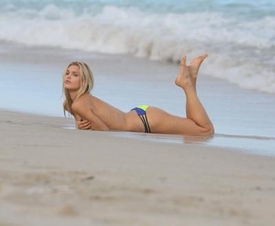 アメリカのモデル Joy Corrigan(ジョイ・コリガン) パパラッチされたトップレス画像 13