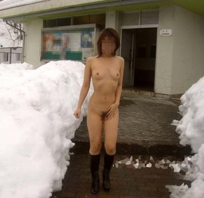 雪の中でヌードになってる野外露出ヌード画像 2