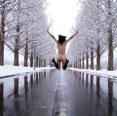 雪の中でヌードになってる野外露出ヌード画像 5