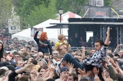 野外ライブでおっぱい出しちゃってる女性のおっぱい画像 5