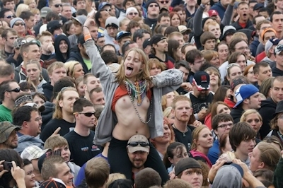 野外ライブでおっぱい出しちゃってる女性のおっぱい画像 11