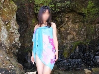 色白美乳な日本の素人女性の野外露出ヌード画像 1