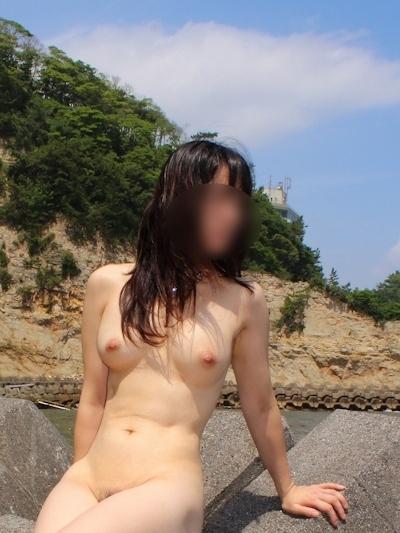 色白美乳な日本の素人女性の野外露出ヌード画像 6