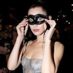 アメリカのスーパーモデル Bella Hadid(ベラ・ハディッド)が仮面舞踏会で透け乳首