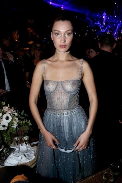 アメリカのスーパーモデル Bella Hadid(ベラ・ハディッド)が仮面舞踏会で透け乳首 3