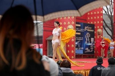中国・河南でヴィクトリアズ・シークレットを模したランジェリーショー開催 1
