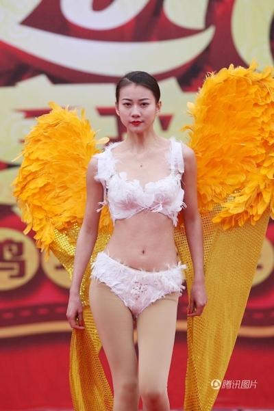 中国・河南でヴィクトリアズ・シークレットを模したランジェリーショー開催 4
