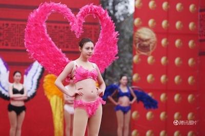 中国・河南でヴィクトリアズ・シークレットを模したランジェリーショー開催 6