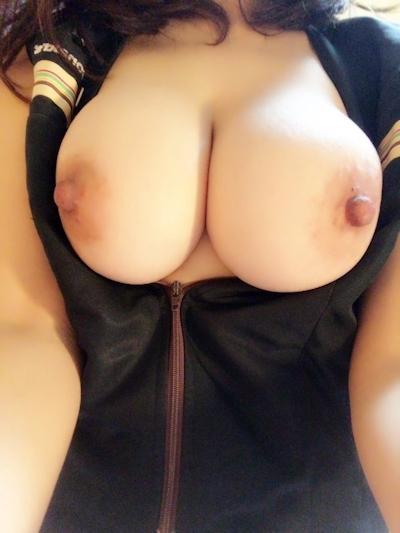 巨乳なアジア系女性の自分撮りおっぱい画像 6