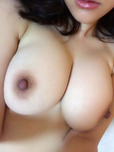 巨乳なアジア系女性の自分撮りおっぱい画像 11