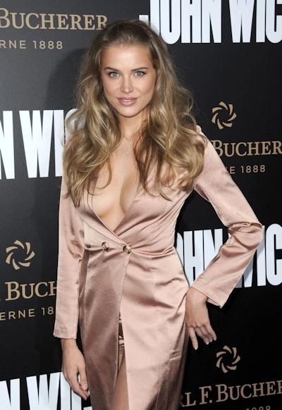 ロシアのファッションモデル Tanya Mityushina(タニヤ・ミティアッシーナ) 乳首ポロリ画像 1