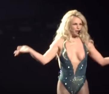Britney Spears(ブリトニー・スピアーズ)がライブ中におっぱいポロリ 4