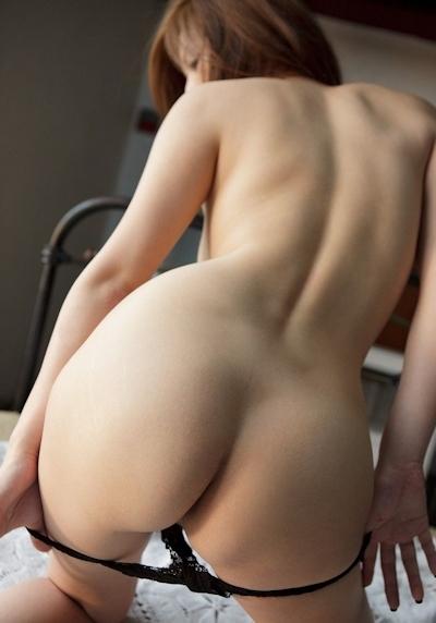 パンティ脱ぎかけの美女のヌード画像 13