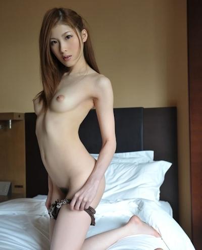 パンティ脱ぎかけの美女のヌード画像 24
