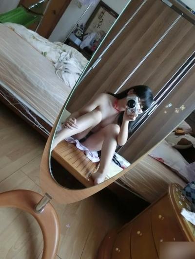 中国の微乳&パイパンなロリ系美少女の自分撮りヌード画像 5