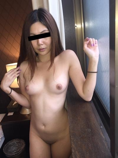 微乳な日本の素人美女のヌード画像 1
