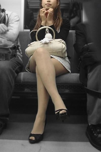 電車内で隠し撮りした素人女性の脚画像 3