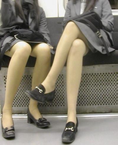 電車内で隠し撮りした素人女性の脚画像 4