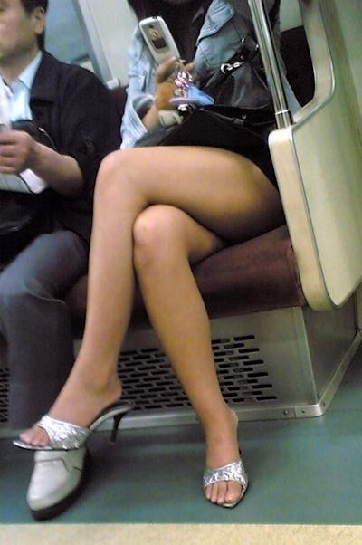 電車内で隠し撮りした素人女性の脚画像 8