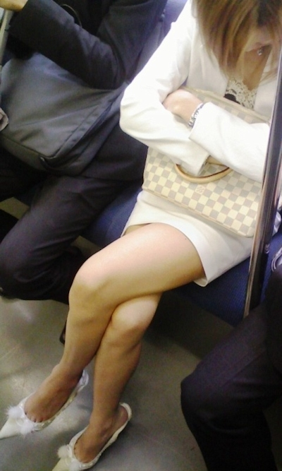 電車内で隠し撮りした素人女性の脚画像 9