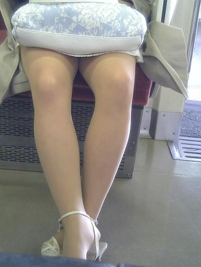 電車内で隠し撮りした素人女性の脚画像 11