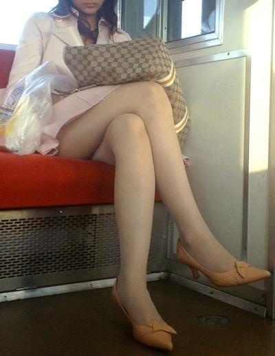 電車内で隠し撮りした素人女性の脚画像 12