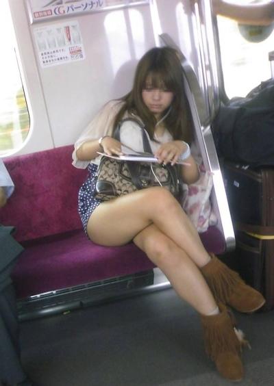 電車内で隠し撮りした素人女性の脚画像 13