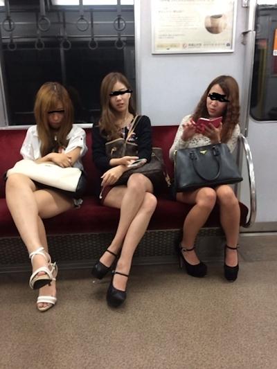 電車内で隠し撮りした素人女性の脚画像 21