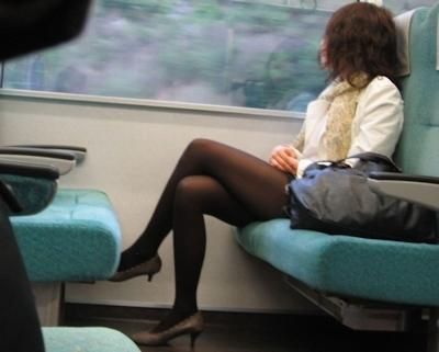電車内で隠し撮りした素人女性の脚画像 24